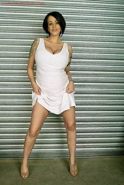 Татуированная беременная темненькая девушка показывает своё выдающееся туловище, которое она не пытается скрыть. Порно татуировать.