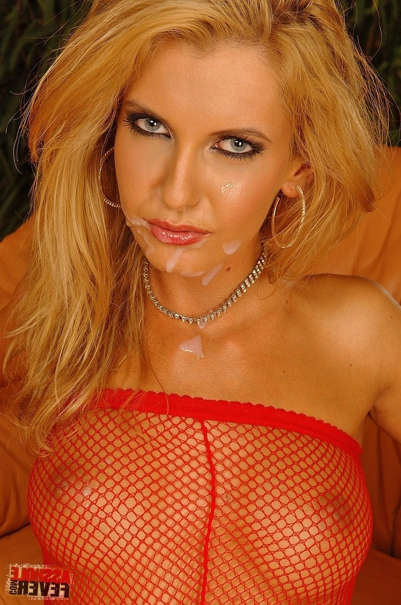 Светлая порноактриса в красном. Порно светлый.