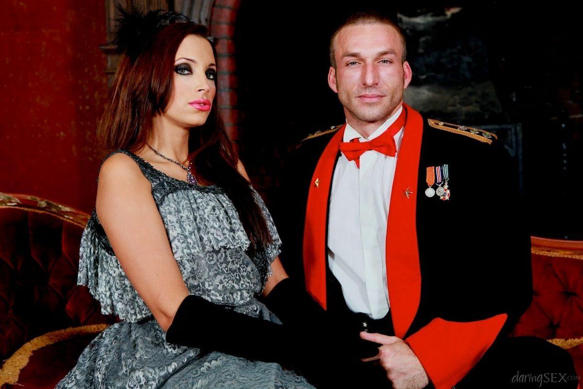 2е привлекательные пары в эффектных костюмах участвуют в фотосессии, но многое остается за кадром. Порно эффектных костюмах.