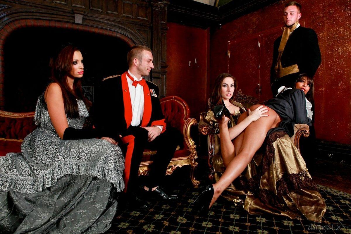 2е привлекательные пары в эффектных костюмах участвуют в фотосессии, но многое остается за кадром. Порно эффектный.