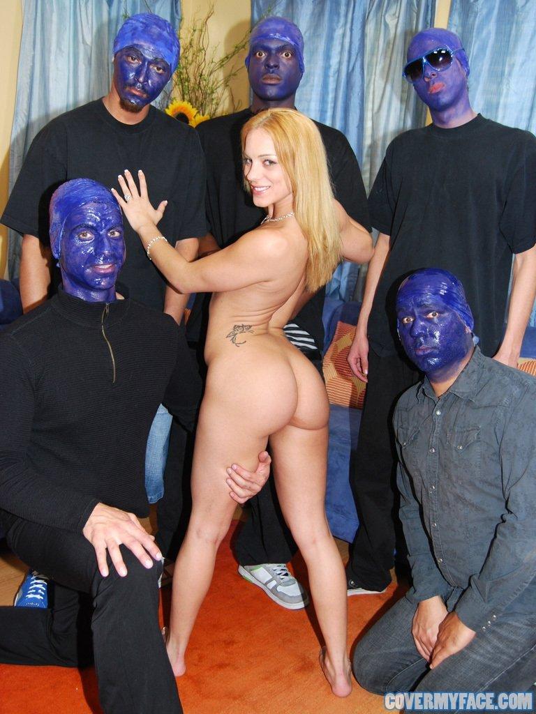 Нежной блондинке глубоко присунули между половых губ. Порно симпатичный.