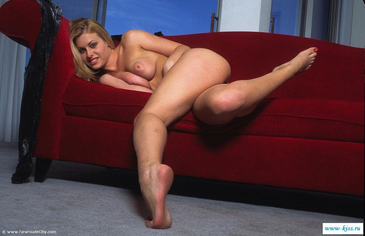 Толстозадая голая блондиночка коротает вечерок. Порно голый.