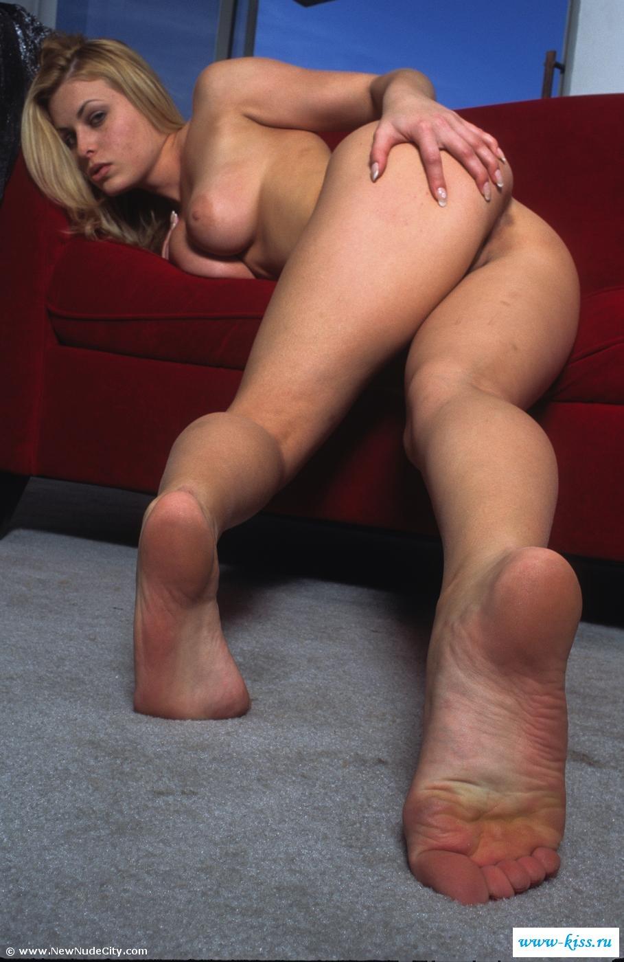 Толстозадая голая блондиночка коротает вечерок. Порно модель со свелыми волосами.