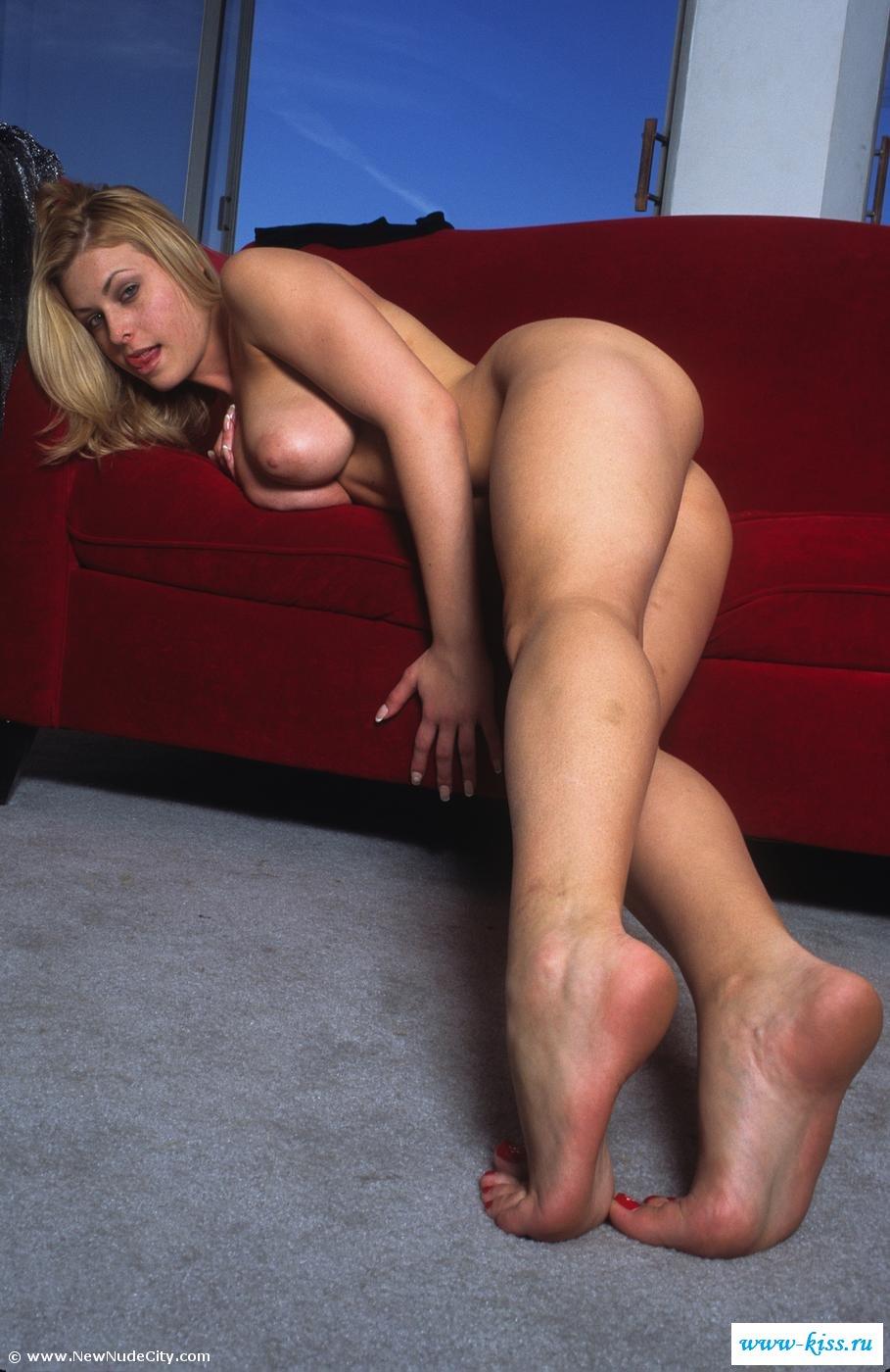 Толстозадая голая блондиночка коротает вечерок. Порно толстозадый.