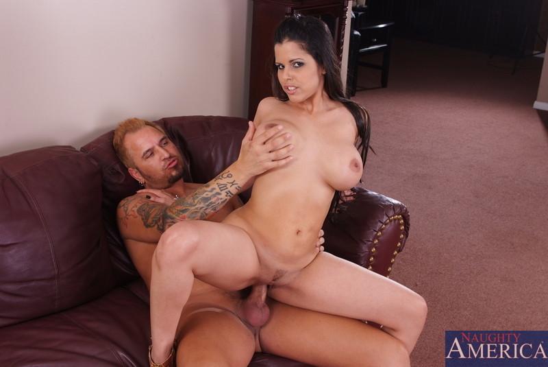 Русая порноактрисса Даймонд Китти кокетливо отдается соседу. Порно русый.