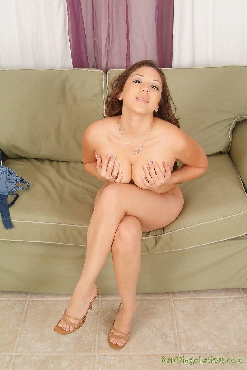 Рыженькая азиаточка с маленькой грудью присела на диванчик и обнажила на камеру свою бритую пизду, получив от этого удовлетворение. Порно рыженький.