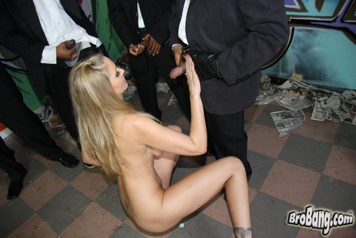Зрелая Джулия Энн лижет несколько черных херов и получила сперму. Порно зрелый.