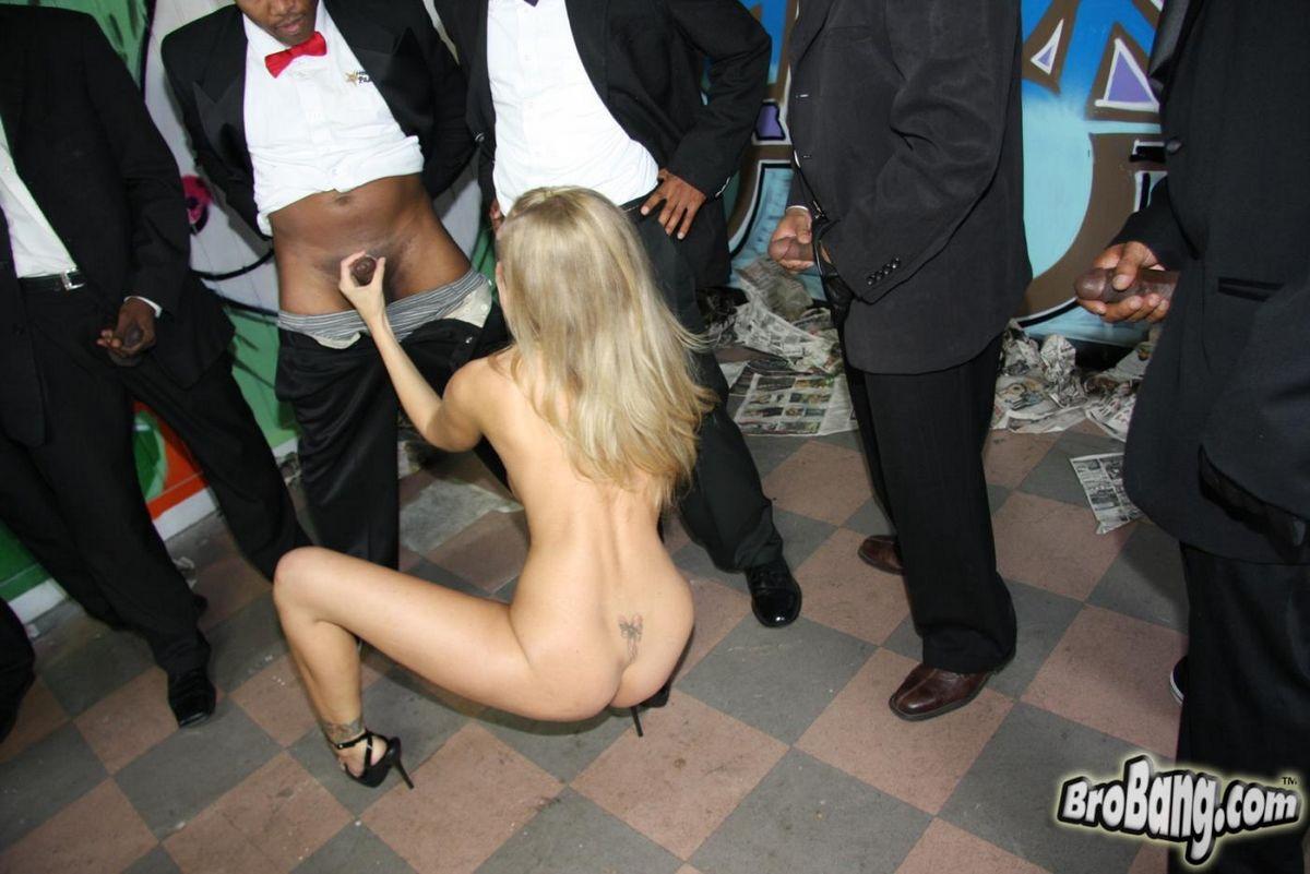 Зрелая Джулия Энн лижет несколько черных херов и получила сперму. Порно Julia.