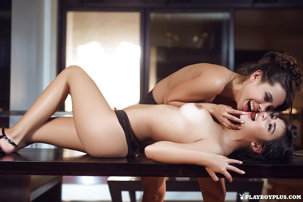 Юные мулатки занялись лесбийскими играми во время ужина порнофото. Порно время.