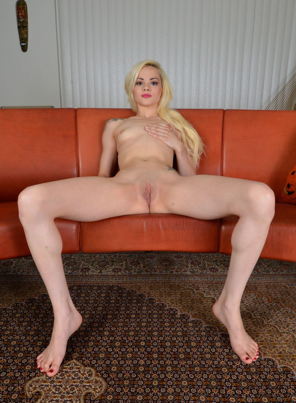 Эльза Джин берет в рот свои пальцы ножек. Порно эльза.