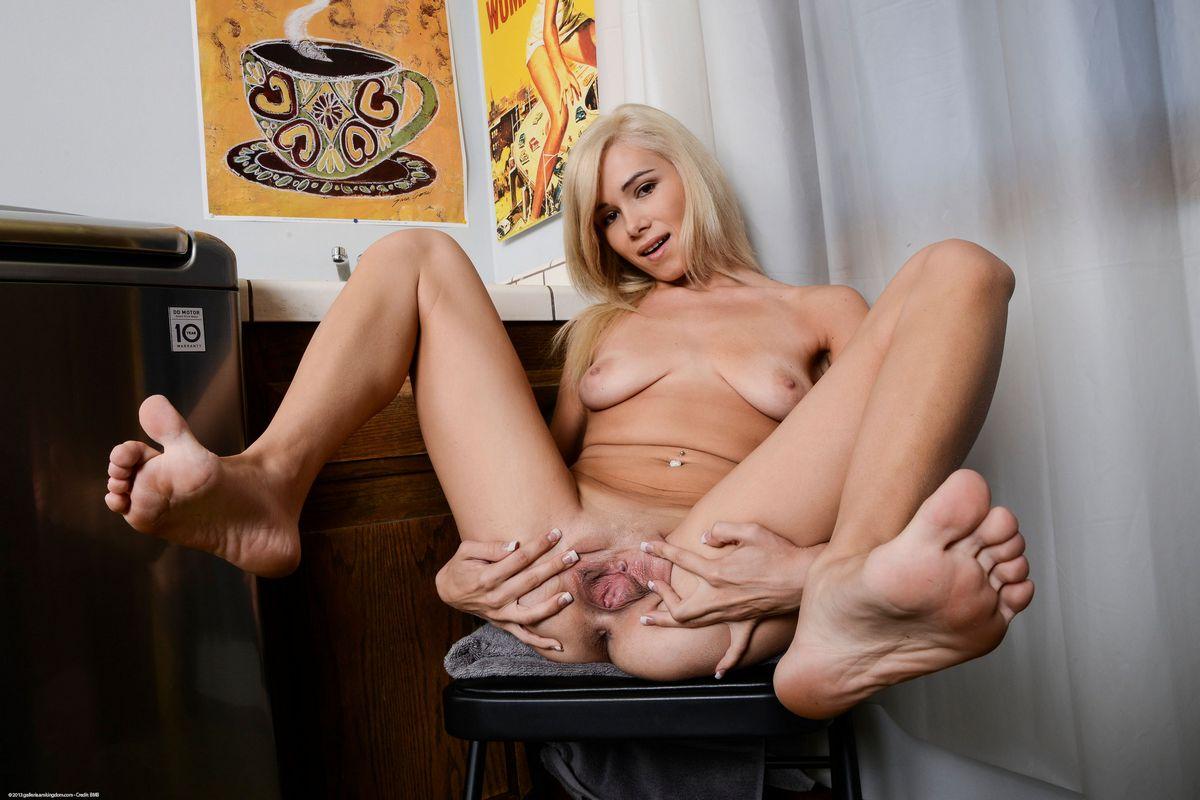 Пися и ноги хорошеньких блондиночек. Порно блондинка.