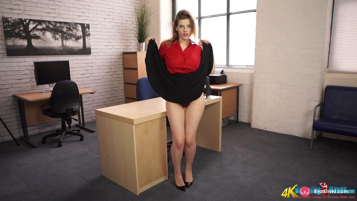 Сиськастая немецкая секретутка задирает подол платья и снимает трусики в офисе перед боссом. Порно подчиненная задирает.