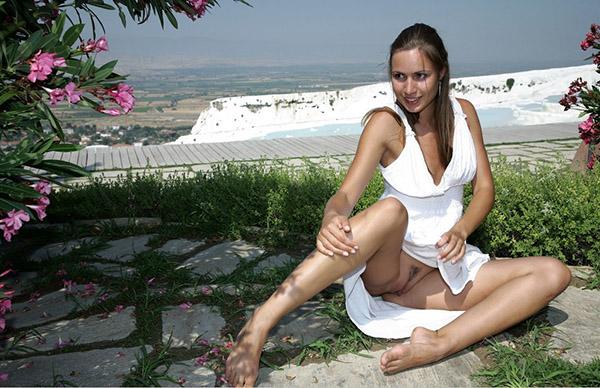 Соблазнительная худышка в белоснежном платье в укромном месте. Порно худышка.