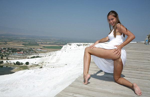 Соблазнительная худышка в белоснежном платье в укромном месте. Порно бел.