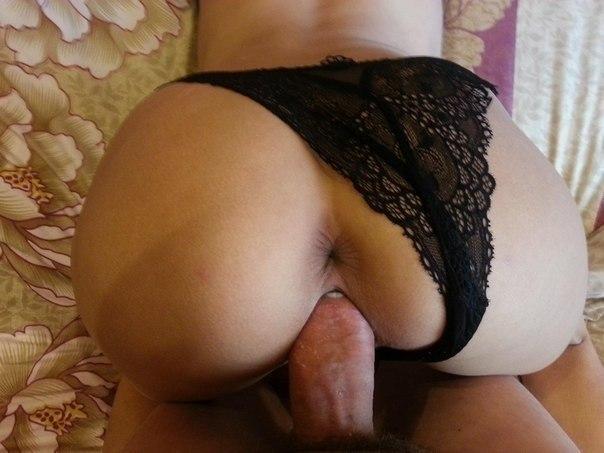 Ухоженные девахи с бритыми писями дают партнерам в обе дырочки. Порно девахи.