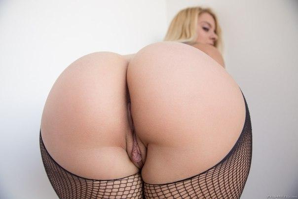 Ухоженные девахи с бритыми писями дают партнерам в обе дырочки. Порно бритый.