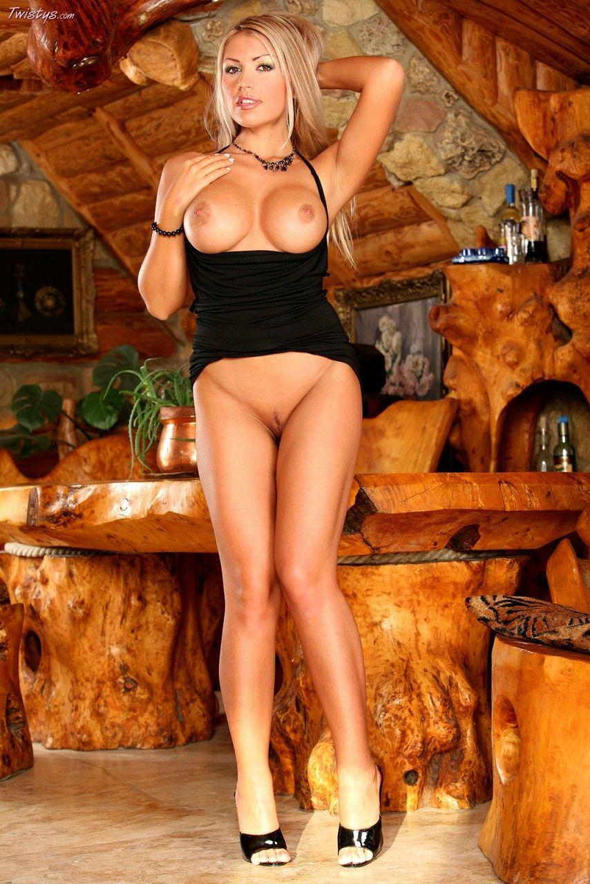 Изящная стройняшка Anette Dawn в возбуждающем черном платье наслаждается раздеванием и удовлетворяет себя на камеру. Порно изящный.