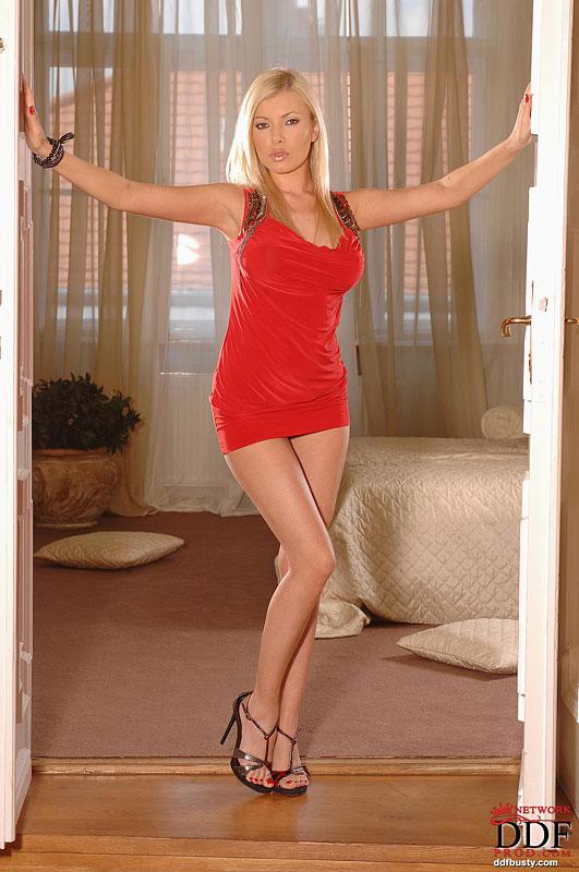 Донна Белл с ровными ногами и массивной грудью спускает красное платье берется за инструмент. Порно белл.