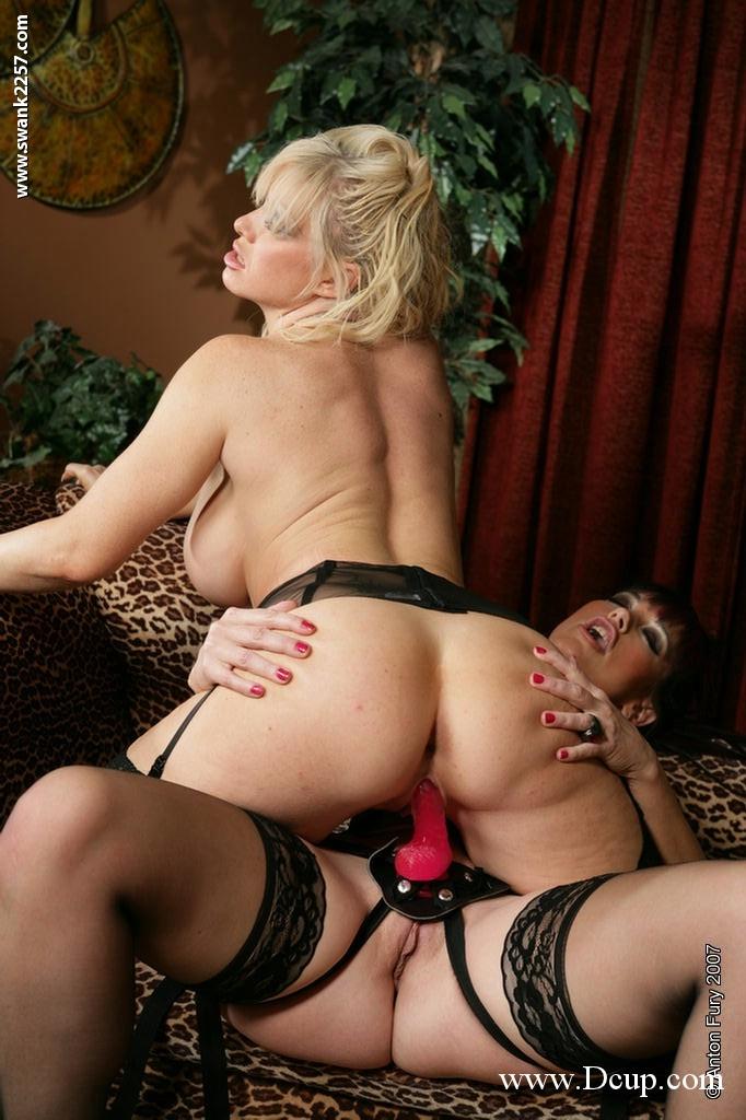 Gemini Starr с другой пышнотелой woman в чёрном нейлоне занялась шикарным лесбийским поревом. Порно Starr.