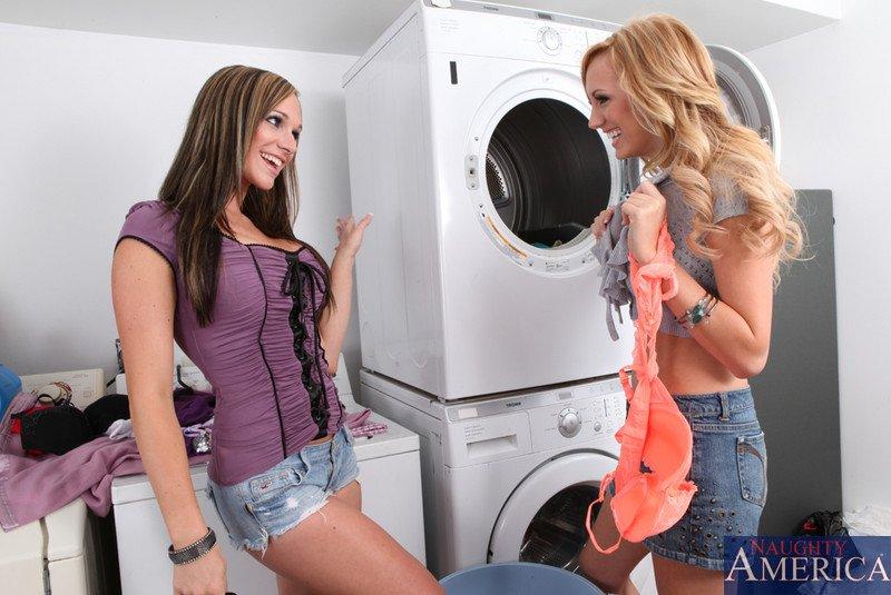 Распутные лесби Бретт Росси и Destiny Dixon приятно вылизывают пёзды друг дружки. Порно Brett.