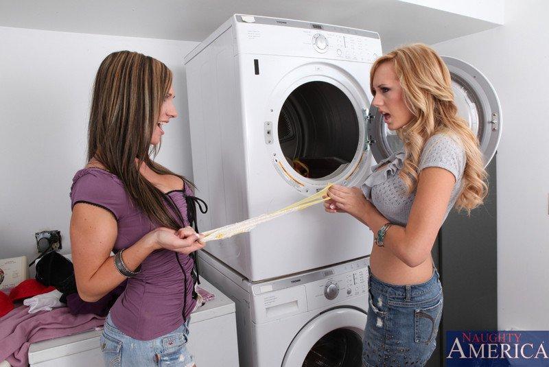 Распутные лесби Бретт Росси и Destiny Dixon приятно вылизывают пёзды друг дружки. Порно распутный.