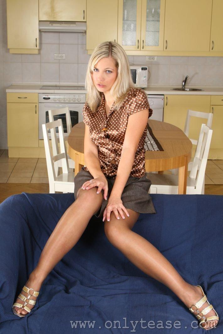 Красивая блондинистая крошка Jenni Gregg стаскивает свою одежду на голубой тахте в зале. Порно блондинистый.