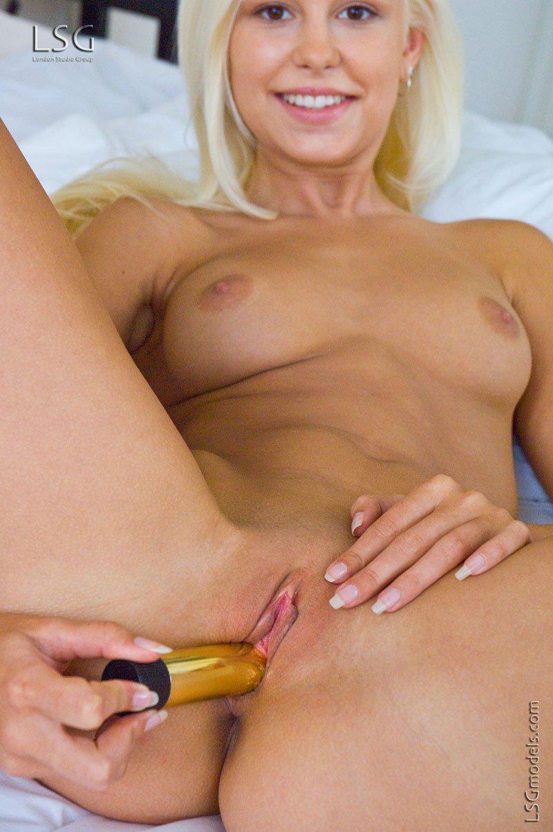 Блондинка с ангельским личиком теребонькает своим любимым дилдо  Это та самая Лола Майлав!. Порно Lola.