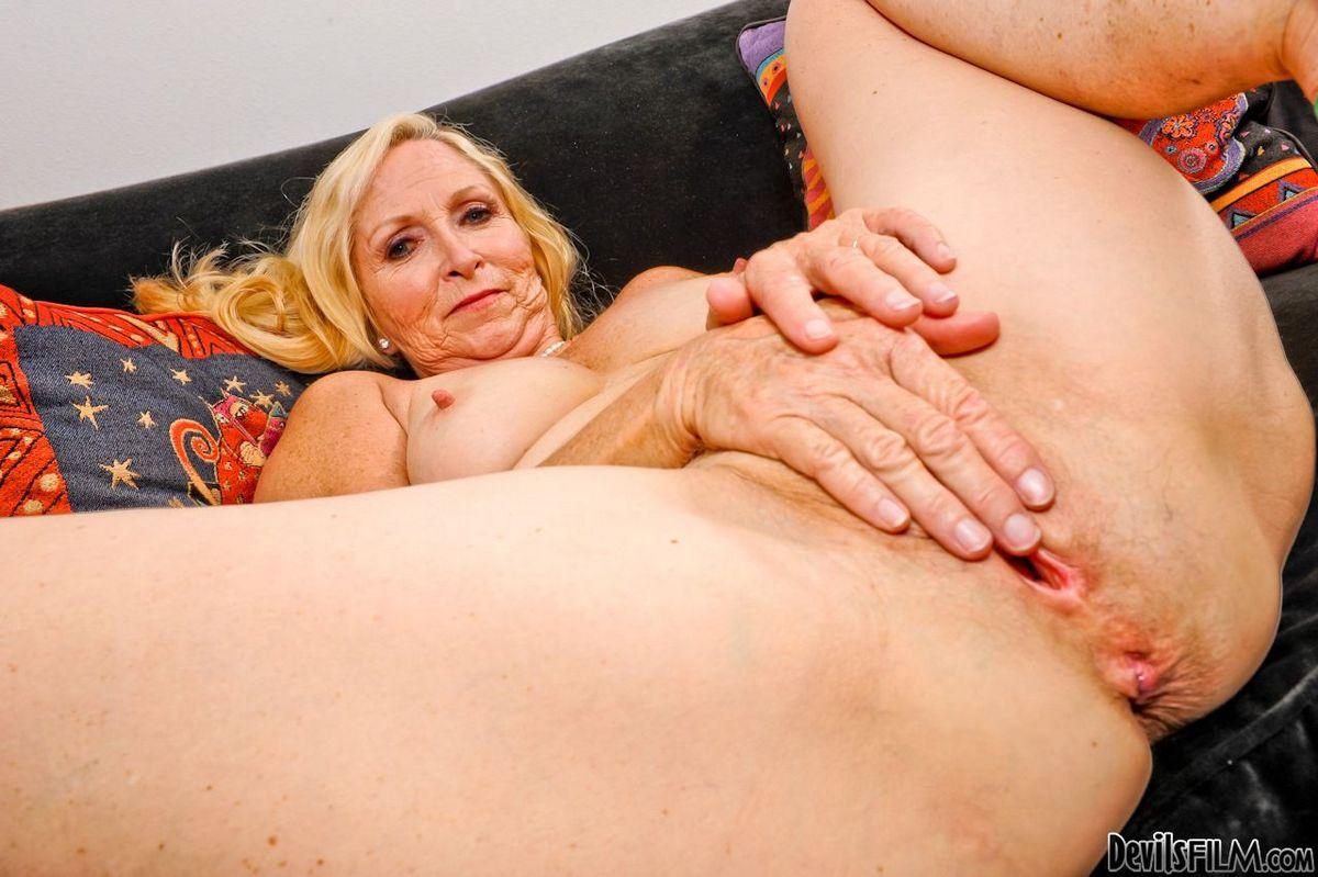 Старая блондиночка Annabelle Brady растопыривает ножки чтоб заняться дрочкой. Порно чтоб заняться.