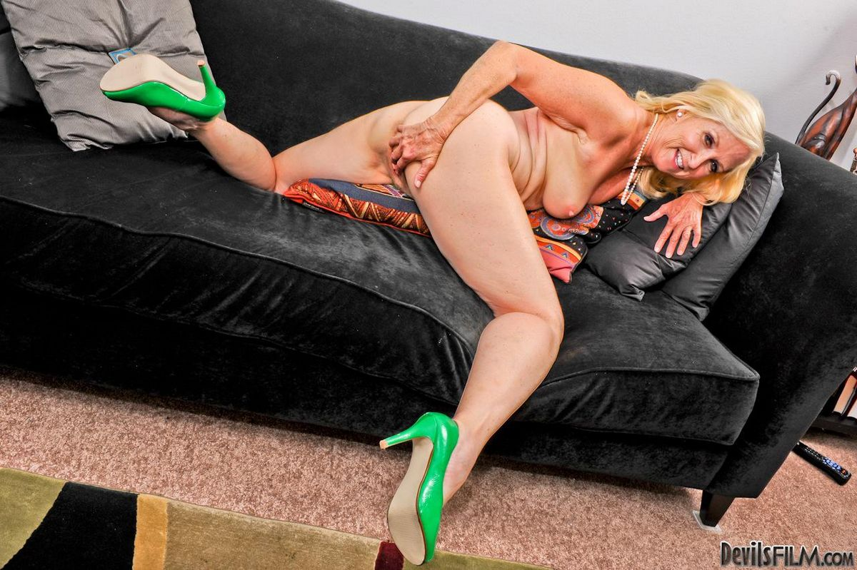 Старая блондиночка Annabelle Brady растопыривает ножки чтоб заняться дрочкой. Порно блондиночка.