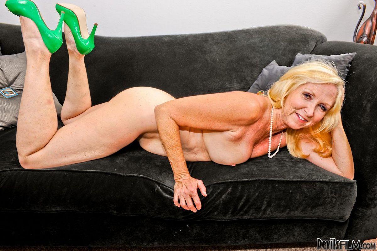 Старая блондиночка Annabelle Brady растопыривает ножки чтоб заняться дрочкой. Порно старый.
