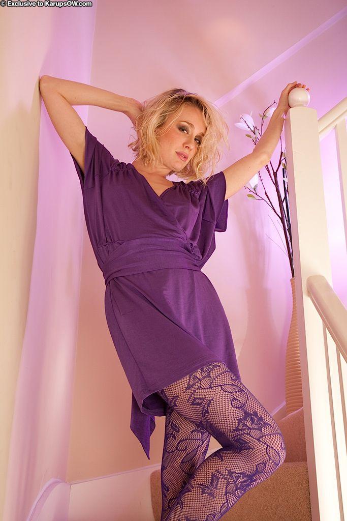 Ухоженная Katy Cee спускает колготки и разводит ноги. Порно Katy.