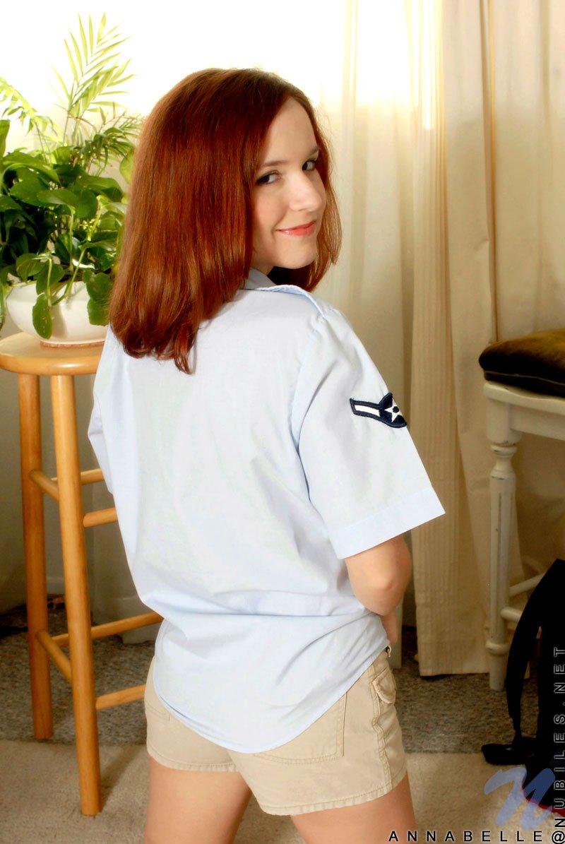 Рыженькая Annabelle Lee расстегивает блузку и снимает шортики. Порно рыженький.