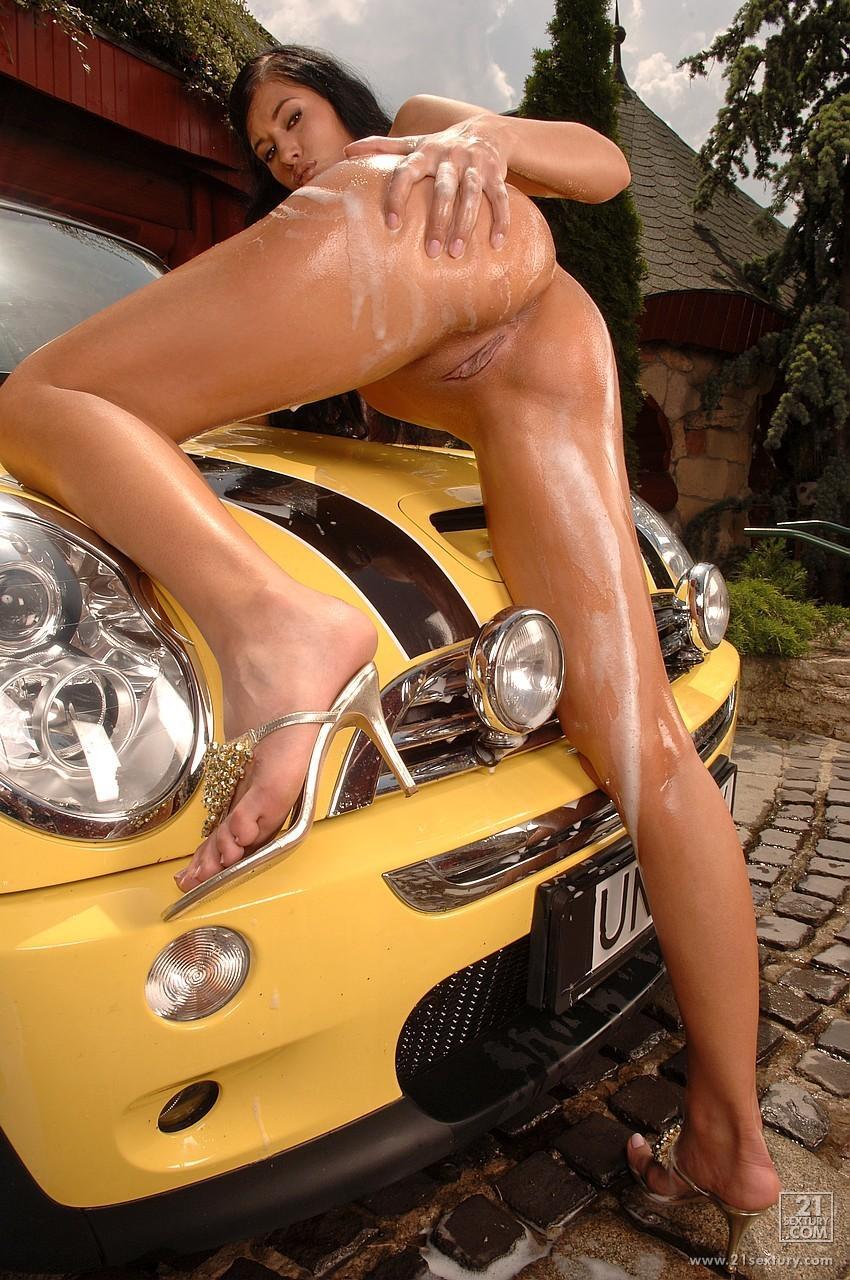 Темненькая автомойщица с великолепным торсом Emilia Doll красуется голой и мастурбирует вибратором мокрую любовную дырочку. Порно автомойщица.