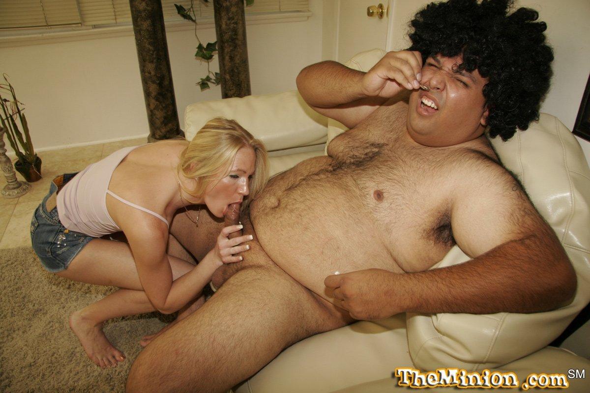 Горячая блондиночка с миниатюрной грудью возбудилась и захотела пососать хер толстому парню, сидящему на диване. Порно блондиночка.