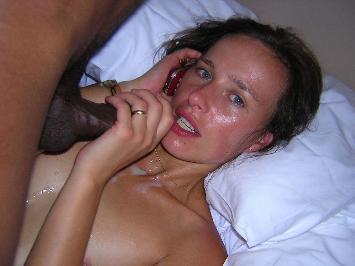 Телефонный звонок мужа в то время когда негр поливает ее кончей. Порно Телефонный звонок.