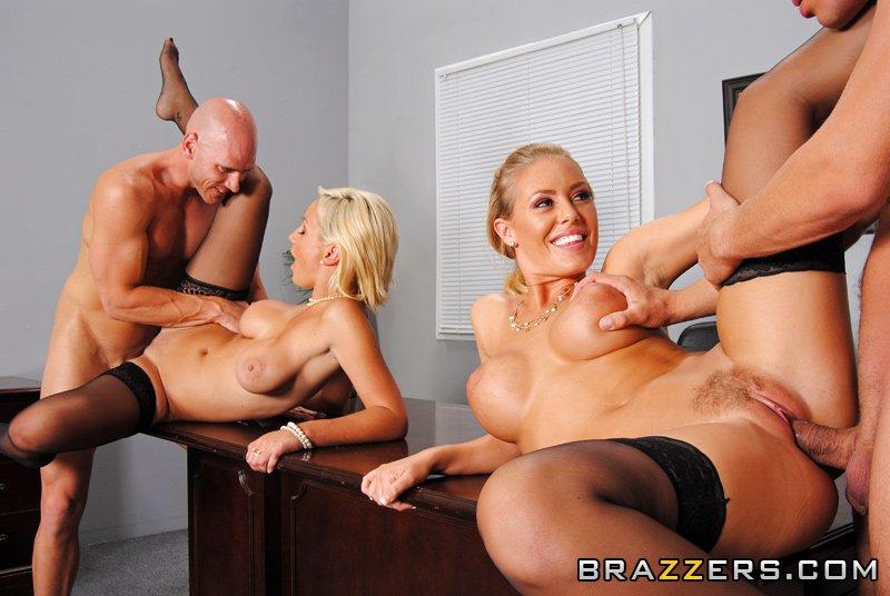 Титькастые блондиночки в одинаковых нейлоновых гетрах Lexi Swallow и Nicole Aniston дают отжарить свои пилотки. Порно блондиночка.
