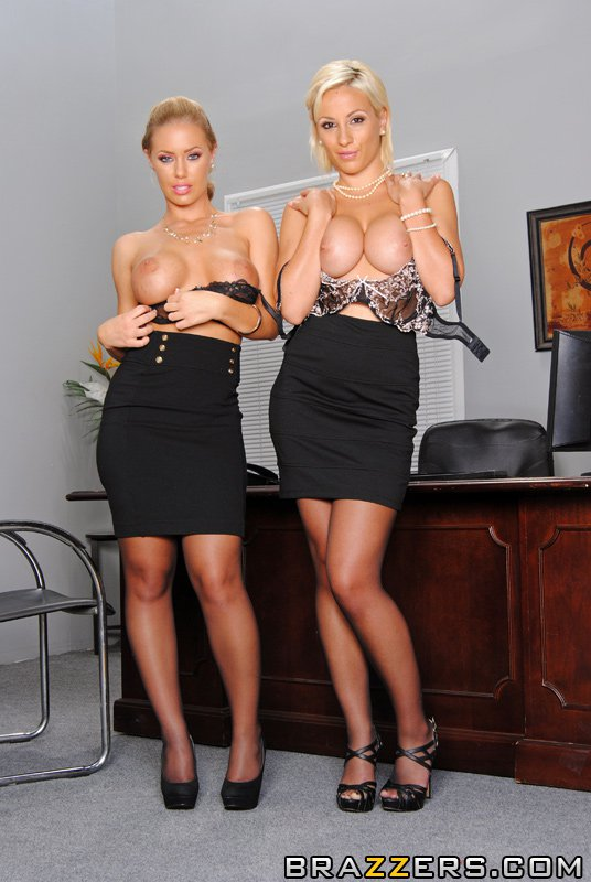 Титькастые блондиночки в одинаковых нейлоновых гетрах Lexi Swallow и Nicole Aniston дают отжарить свои пилотки. Порно чулочки.