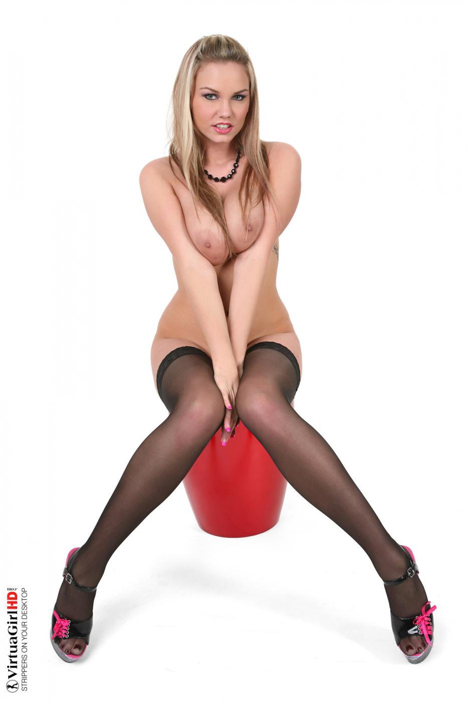 Соблазнительная тетка Eliska спускает обтягивающее платье и остается в сексуальных гольфах. Порно тетка.