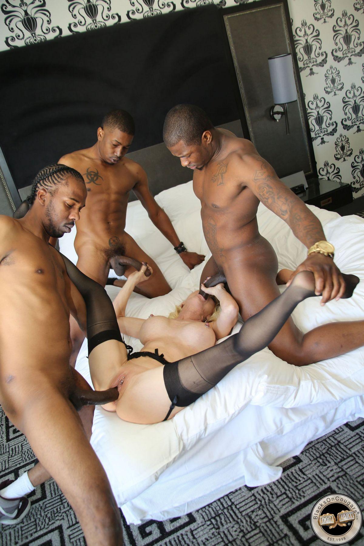 Три африканца трахают взрослую блондиночку в ее лежанки. Порно блондинка.