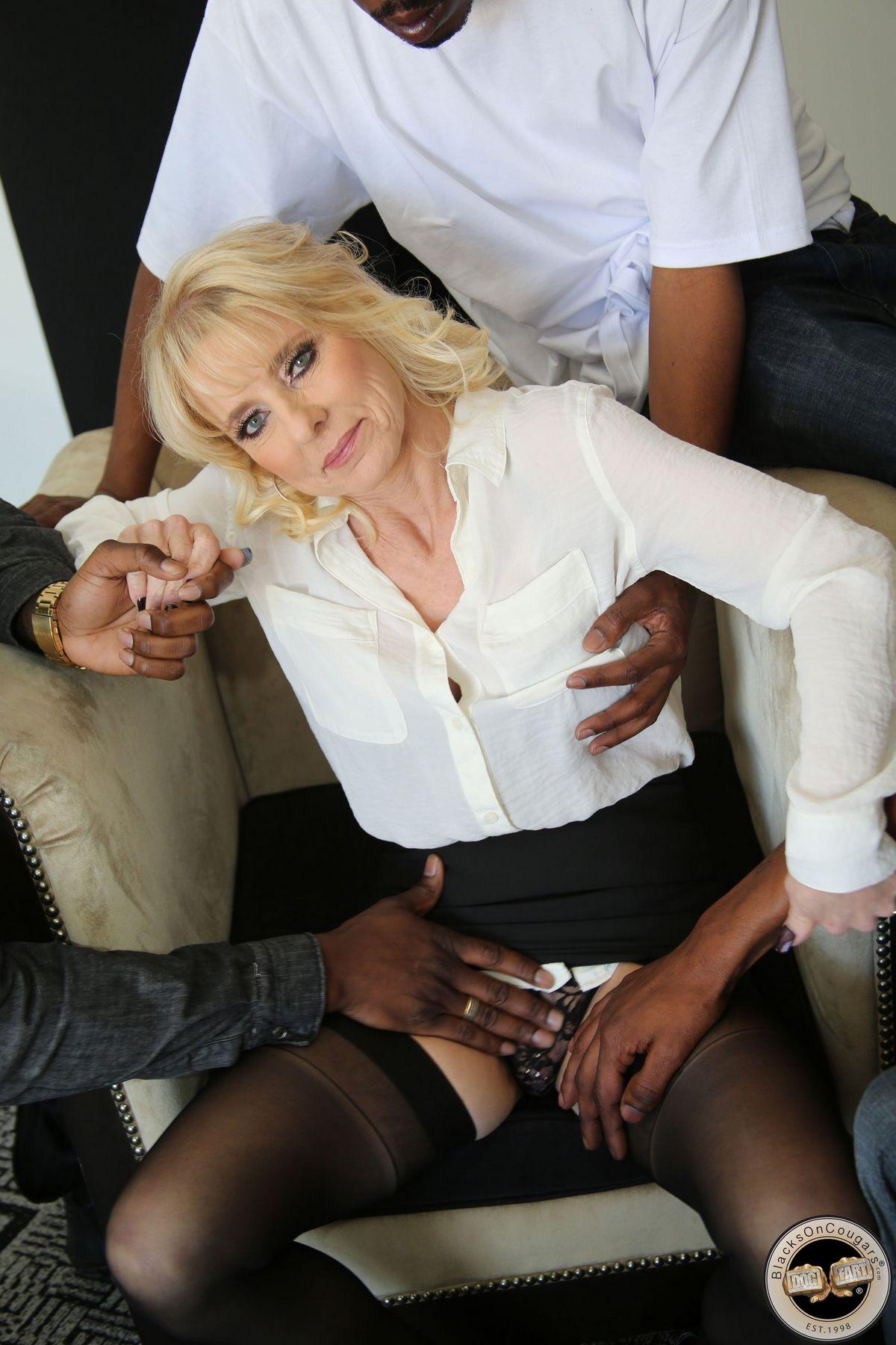 Три африканца трахают взрослую блондиночку в ее лежанки. Порно нигера трахают.