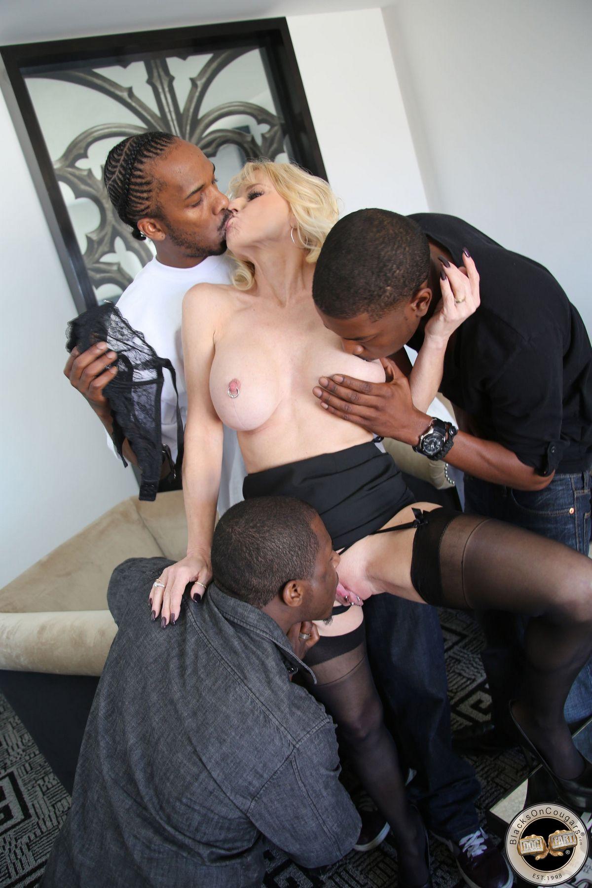 Три африканца трахают взрослую блондиночку в ее лежанки. Порно африканец.