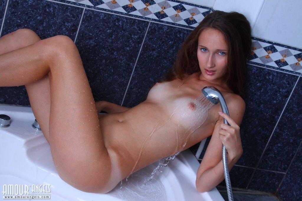 Обнаженная чика под душем обливает свою розовую вагину теплой водой и испытывает оргазм. Порно чика.