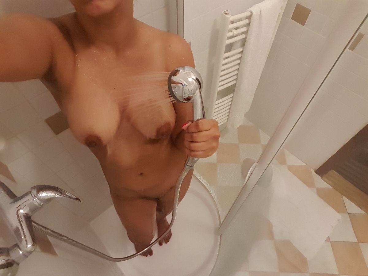 Принимая душ не забудь подольше подержать струю водоема над киской. Порно забыть.