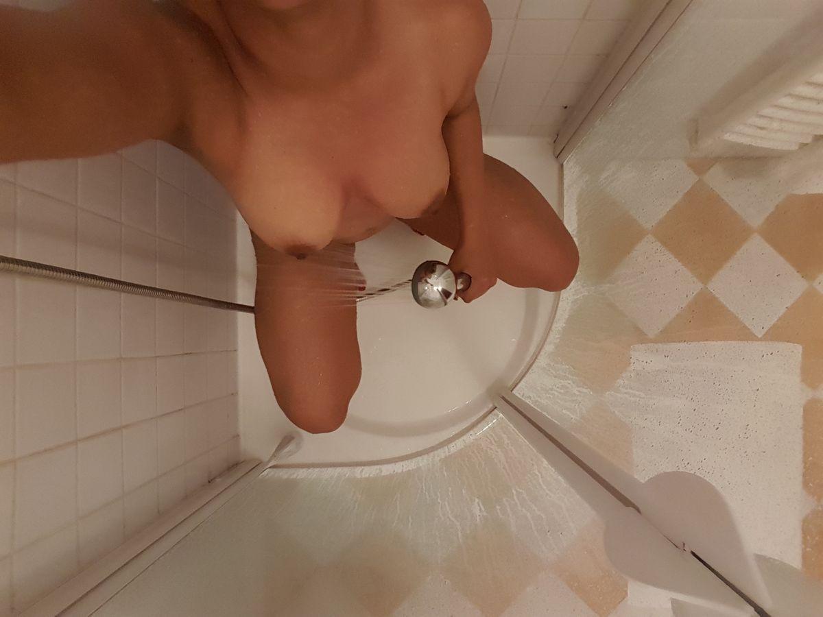 Принимая душ не забудь подольше подержать струю водоема над киской. Порно струю реки.