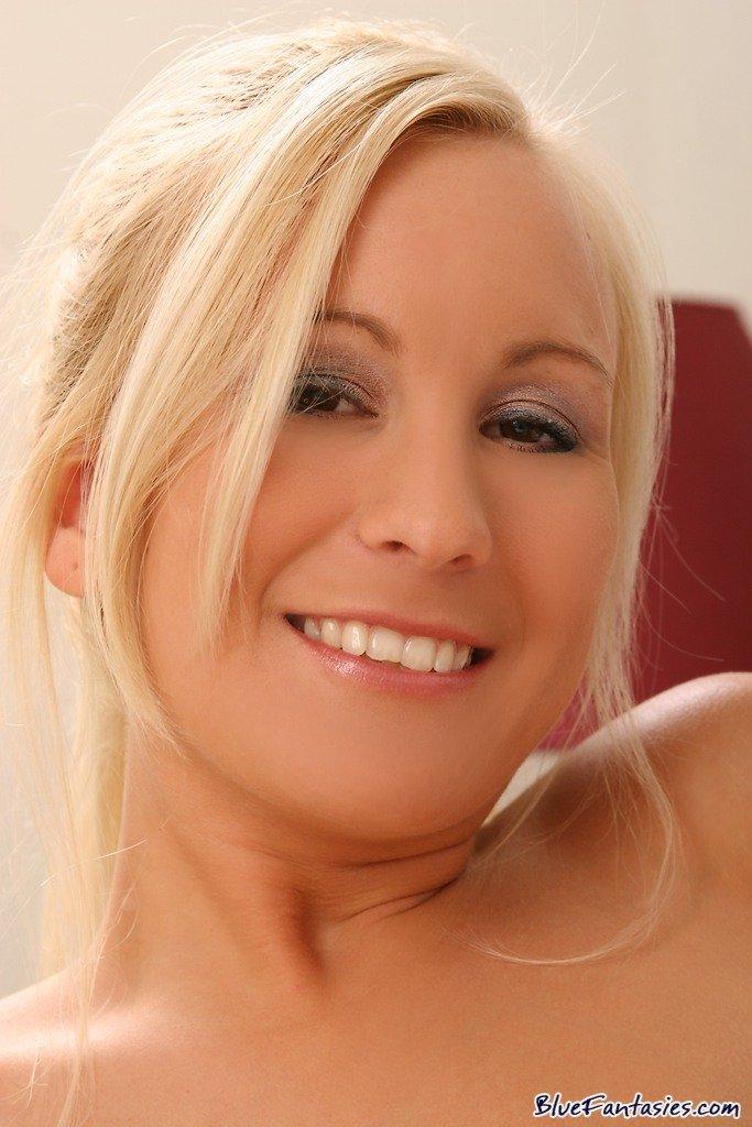 Блондинка-старлетка Autumn Westin снимает свое синее эротическое белье и показывает бритую манду и обвисшую грудь. Порно снимать.