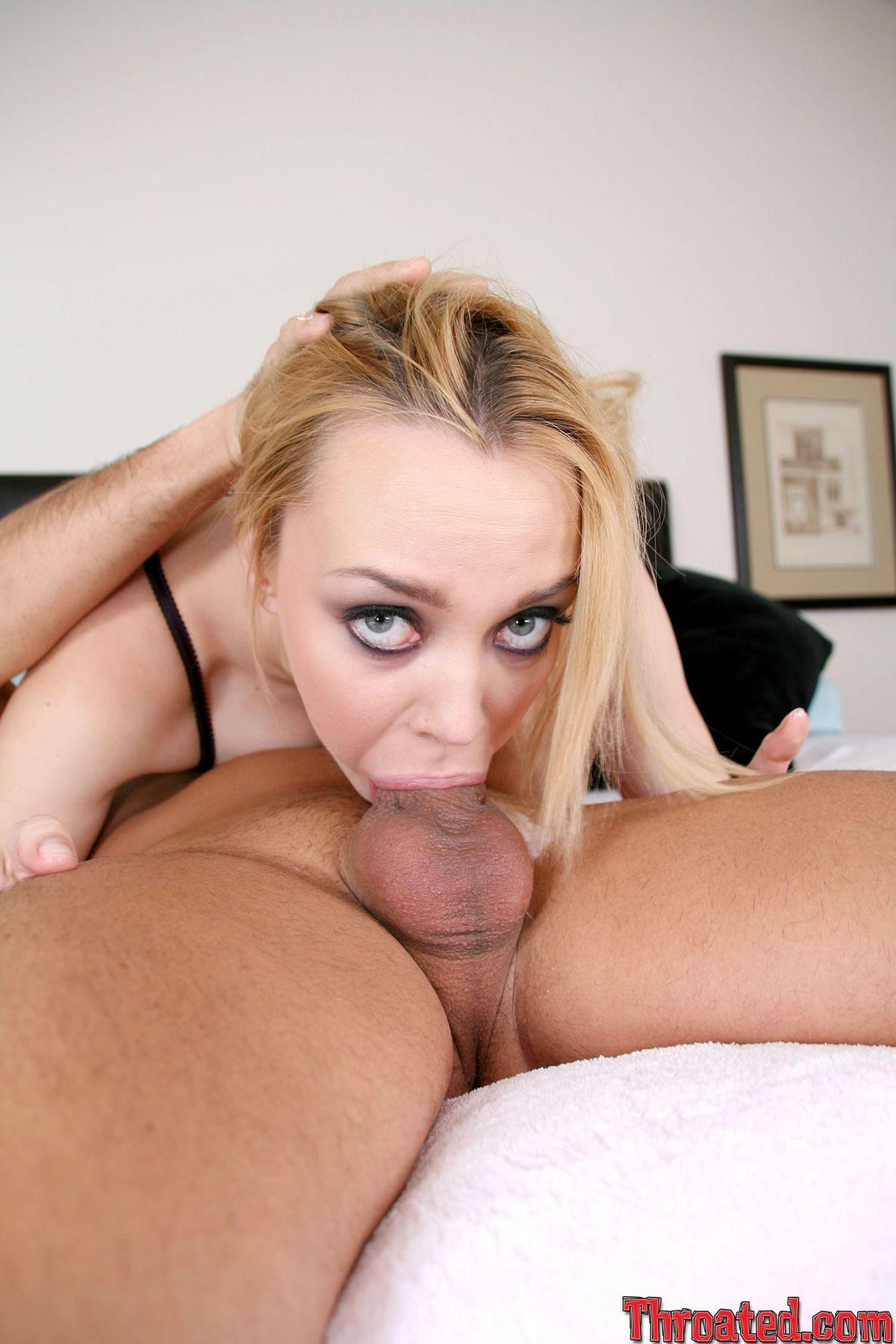 Голодная до спермы Аннет Шварц с стриженной вагиной снимает черное эротическое белье после глубокого заглота. Порно голодный.