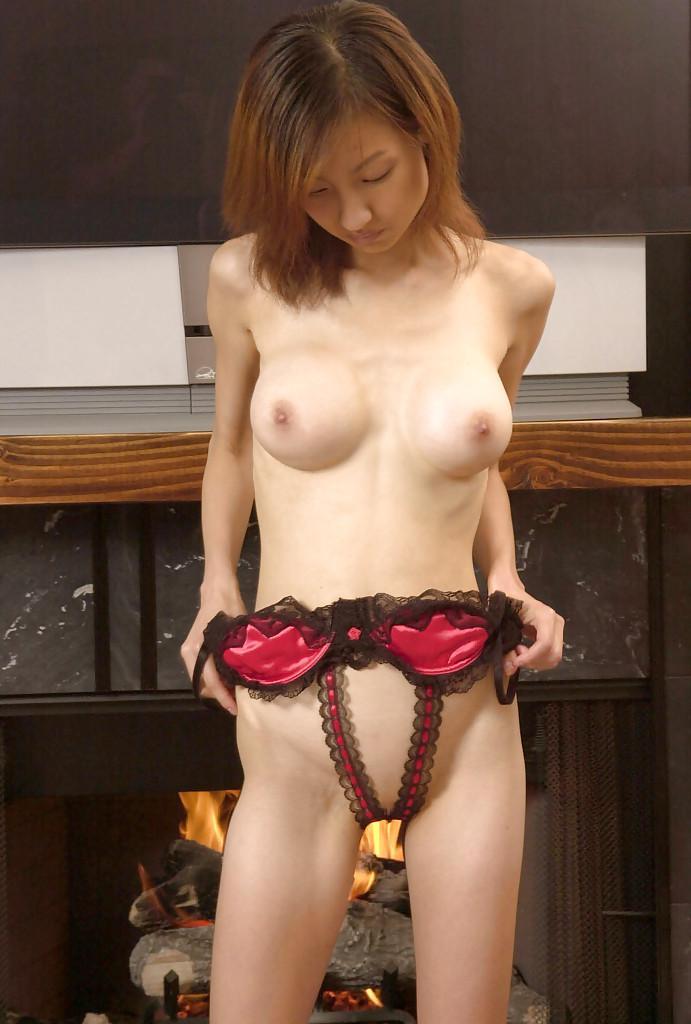 Худая японочка обнажилась у камина. Порно худой.