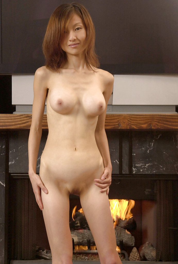 Худая японочка обнажилась у камина. Порно азиатка оголилась.