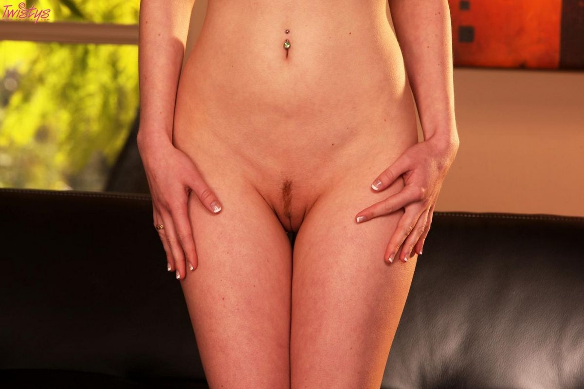 Jayme Langford скинула мини-юбку и черное эротическое белье чтобы продемонстрировать безволосую вагину. Порно Jayme.