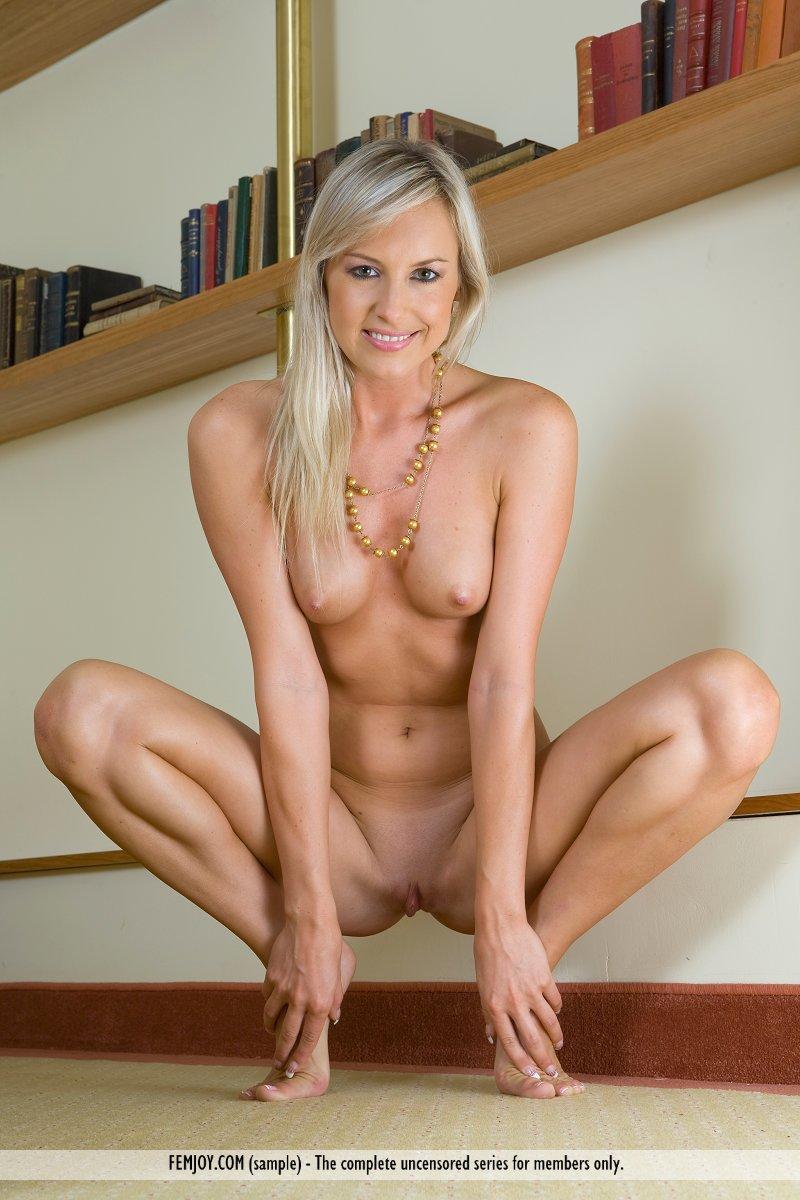 Милая светловолосая телка Katej A в сексуальном нижнем белье представляет шоу голого тела. Порно сексуальный.